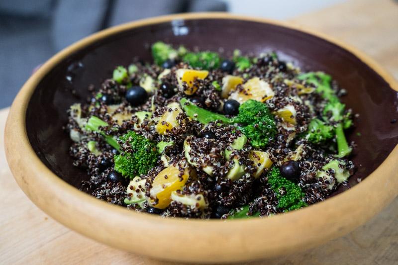 Sort quinoa-salat med appelsin og blåbær-2792