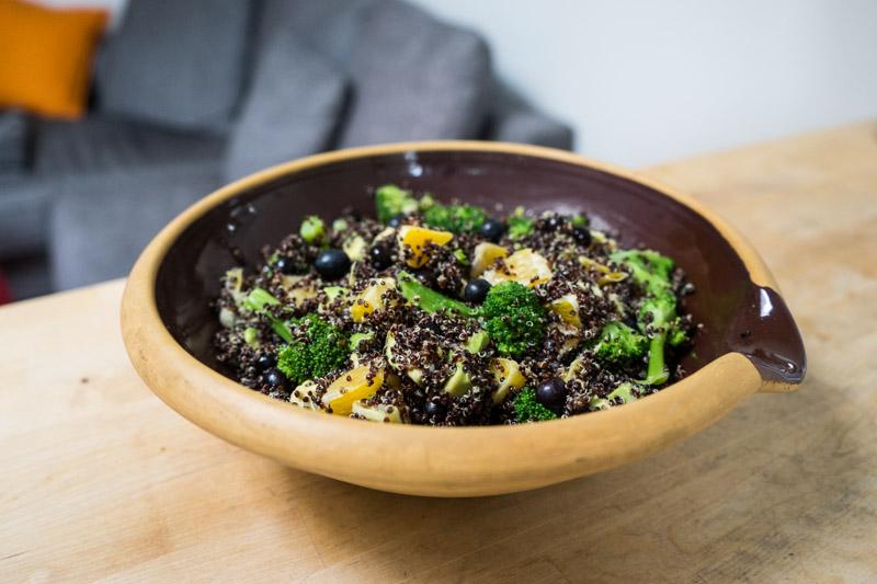 Sort quinoa-salat med appelsin og blåbær-2798