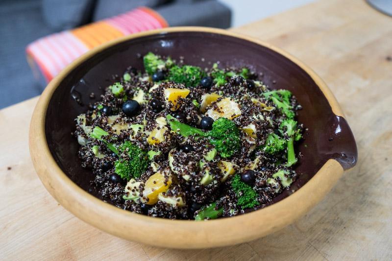 Sort quinoa-salat med appelsin og blåbær-2800