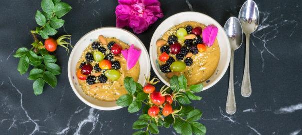 Smoothie-bowl med hyben og chiafrø