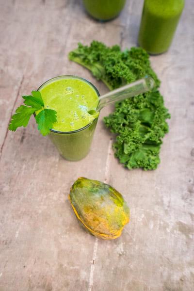Grøn smoothie med papaya og grønkål