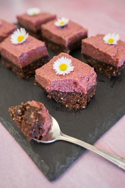 Rå chokolade og citron brownie med lakrids og hindbær topping